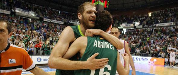 Zoric se abraza con Abrines. / Salvador Salas
