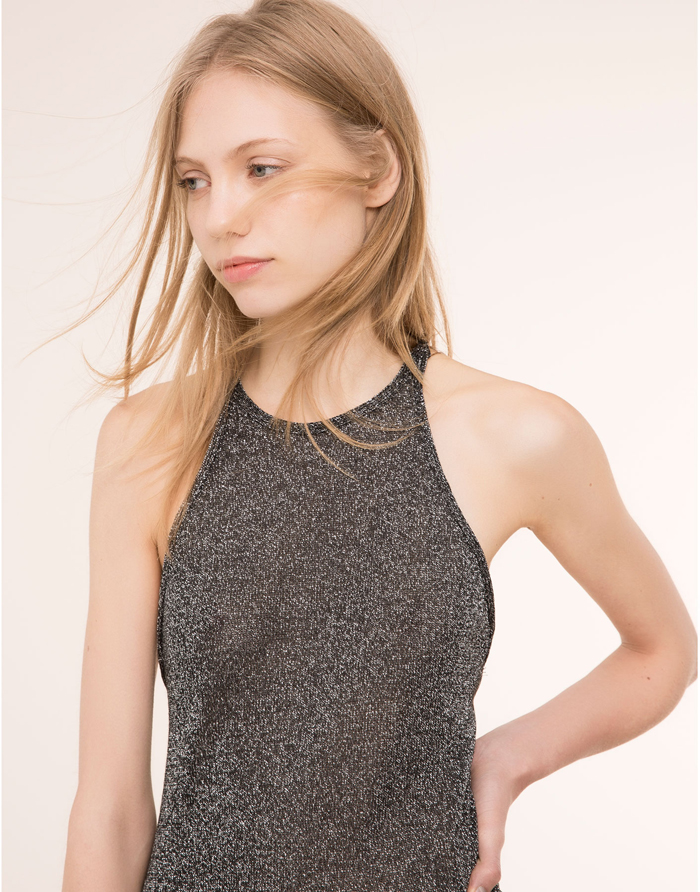 En muchas ocasiones un simple top con brillo cambia de registro un look. 9,99 de Pull & Bear